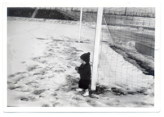 Marcel van Gunst in het Diekmanstadion te Enschede tijdens de strenge winter van 1963