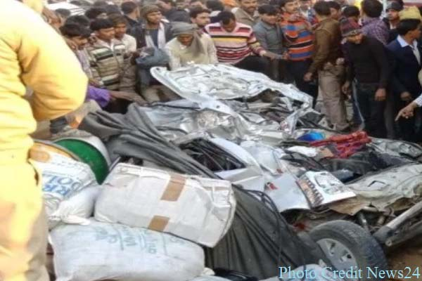 ferozabad-truck-accident-11-dead-in-car-and-auto-image