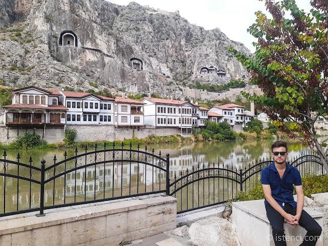 Amasya tarihi Osmanlı evleri ve Kral Kaya Mezarları, Harun İstenci Yeşilırmak Nehri kenarında...
