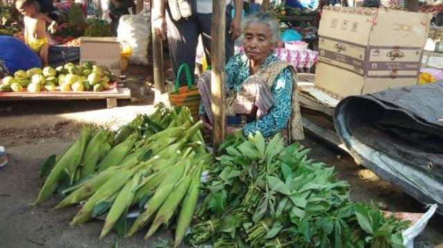 Anaknya Jadi Bupati, Suami Istri Tolak Fasilitas Mewah dan Pilih Jual Sayur di Pasar: Tak Mau Bebani
