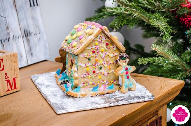 Maison en pain d'épices décorée avec glaçage et bonbons