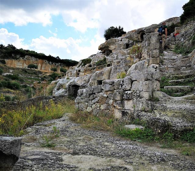 Le scale i pietra del villaggio rupestre a Ginosa