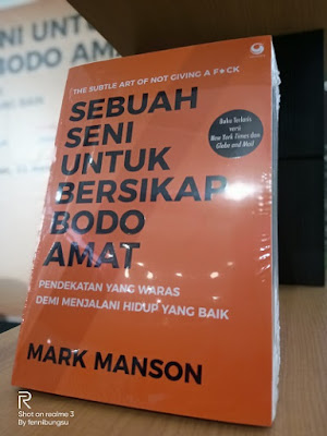 "Sebuah Seni untuk Bersikap Bodo Amat: ""Pendekatan yang Waras Demi Menjalani Hidup yang Baik"", review buku mark manson, Judul Asli : The Subtle Art of Not Giving a F*ck: A Counterintuitive Approach to Living a Good Life"