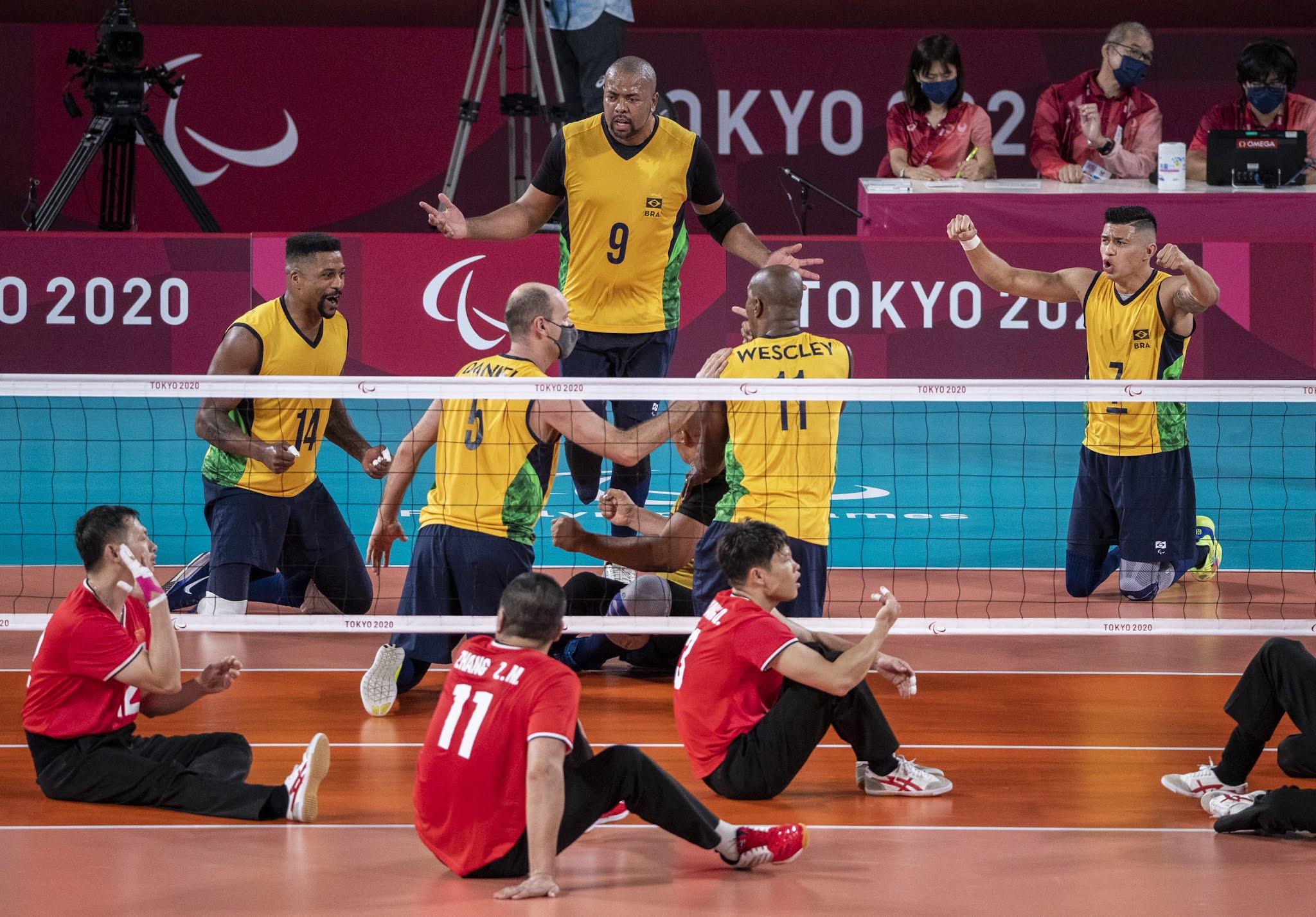 Brasileiros comemoram ponto contra os chineses no vôlei sentado