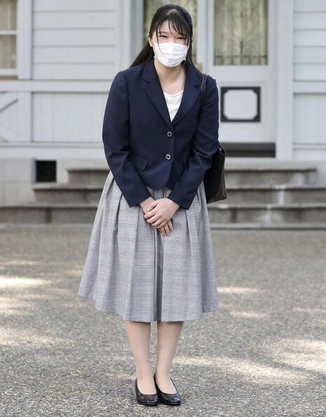 Princess Aiko takes online classes at the Akasaka Imperial Palace every day. Princess Aiko wore a navy blue jacket and a gray skirt