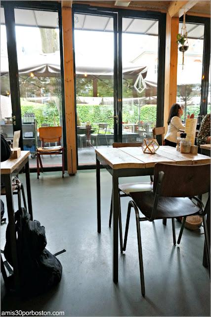 Interior de la Cafetería Dignita Hoftuin en Amsterdam
