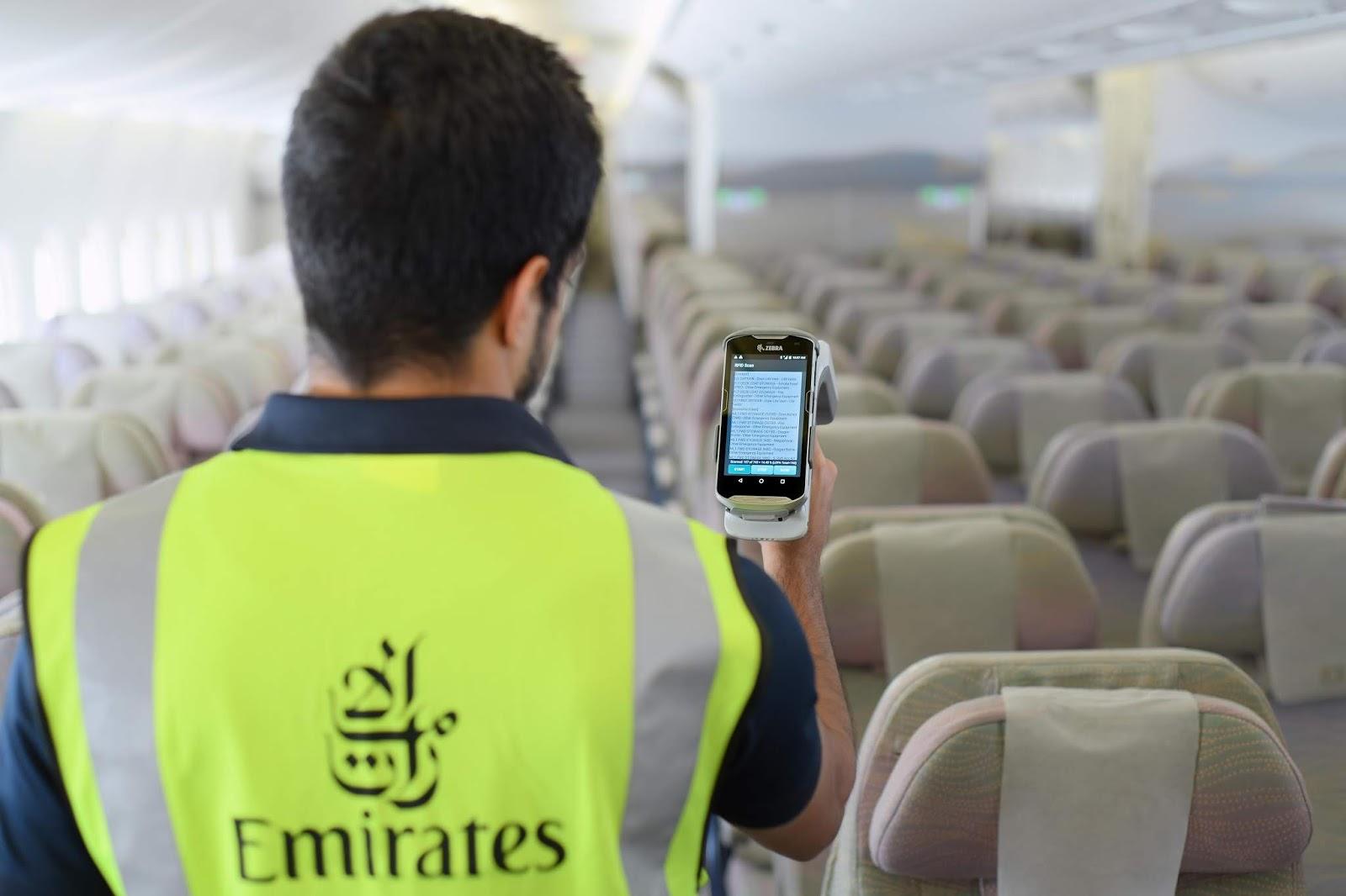 Emirates otimiza tempo de inspeção dos equipamentos de emergência na frota de seus aviões | É MAIS QUE VOAR