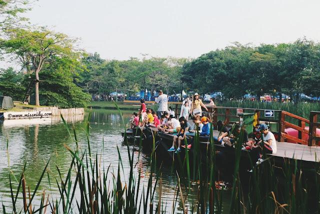 feeding koi di allianz eco park ancol