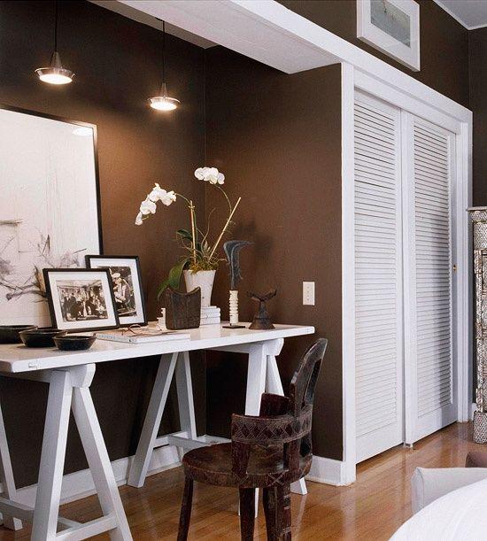 mesa ou aparador de madeira toda pintada de branco tanto pés como tampo