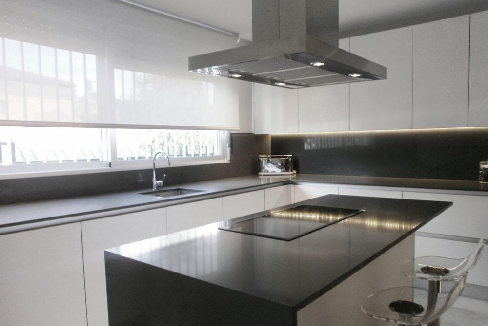 Con el fregadero bajo la ventana cocinas con estilo for Ventanas de aluminio para cocina