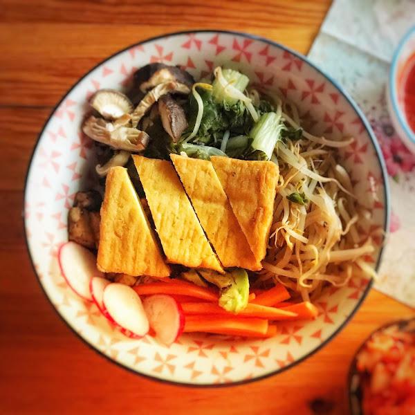 Rezept: Veganes Bibimbap - Koreanische Reis-Bowl mit knusprigem Tofu