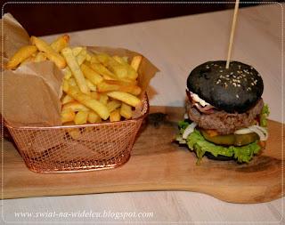https://swiat-na-widelcu.blogspot.com/2019/10/czarne-mini-bueczki-do-burgerow.html