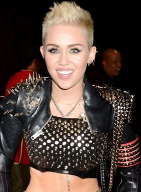 Foto de Miley Cyrus con pelo corto y rubio
