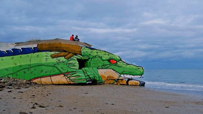 Espectacular graffiti del dragón Shen Long de Dragón Ball en una casa abandonada a pie del mar