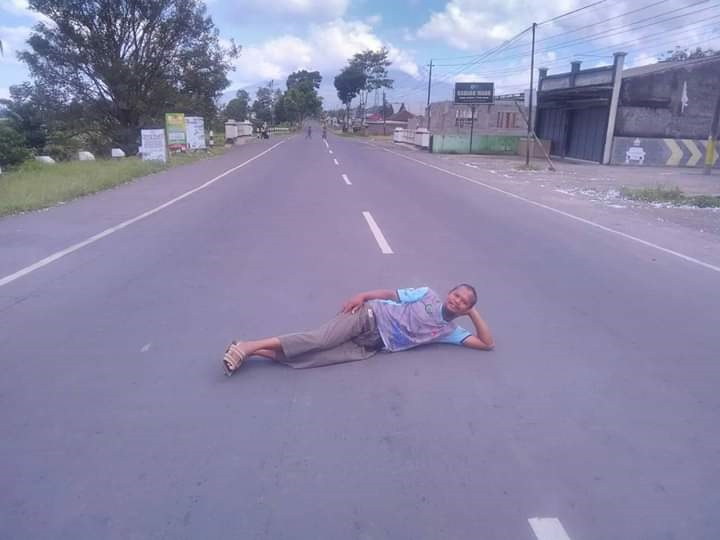 Gaya Foto Tak Biasa di Jalan Raya yang Sepi Saat Lebaran Sepi