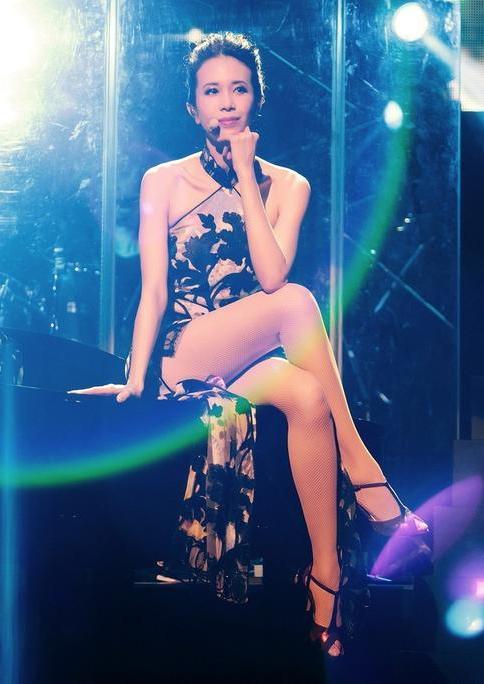 Karen Mok's Regardez World Tour concert was her first in Singapore in 15 years.