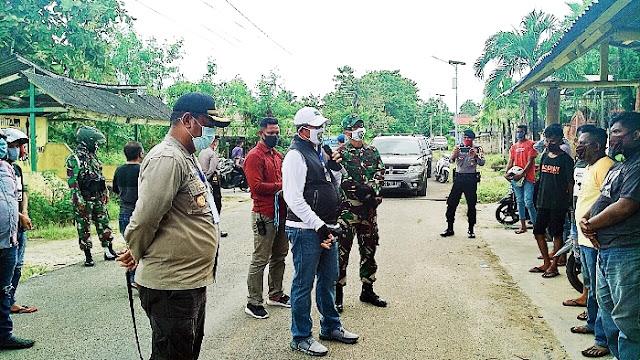 Bupati, Kapolres dan Dandim saat memberikan bantuan kepada tukang ojek di pangkalan ojek samping kantor Bawaslu malra