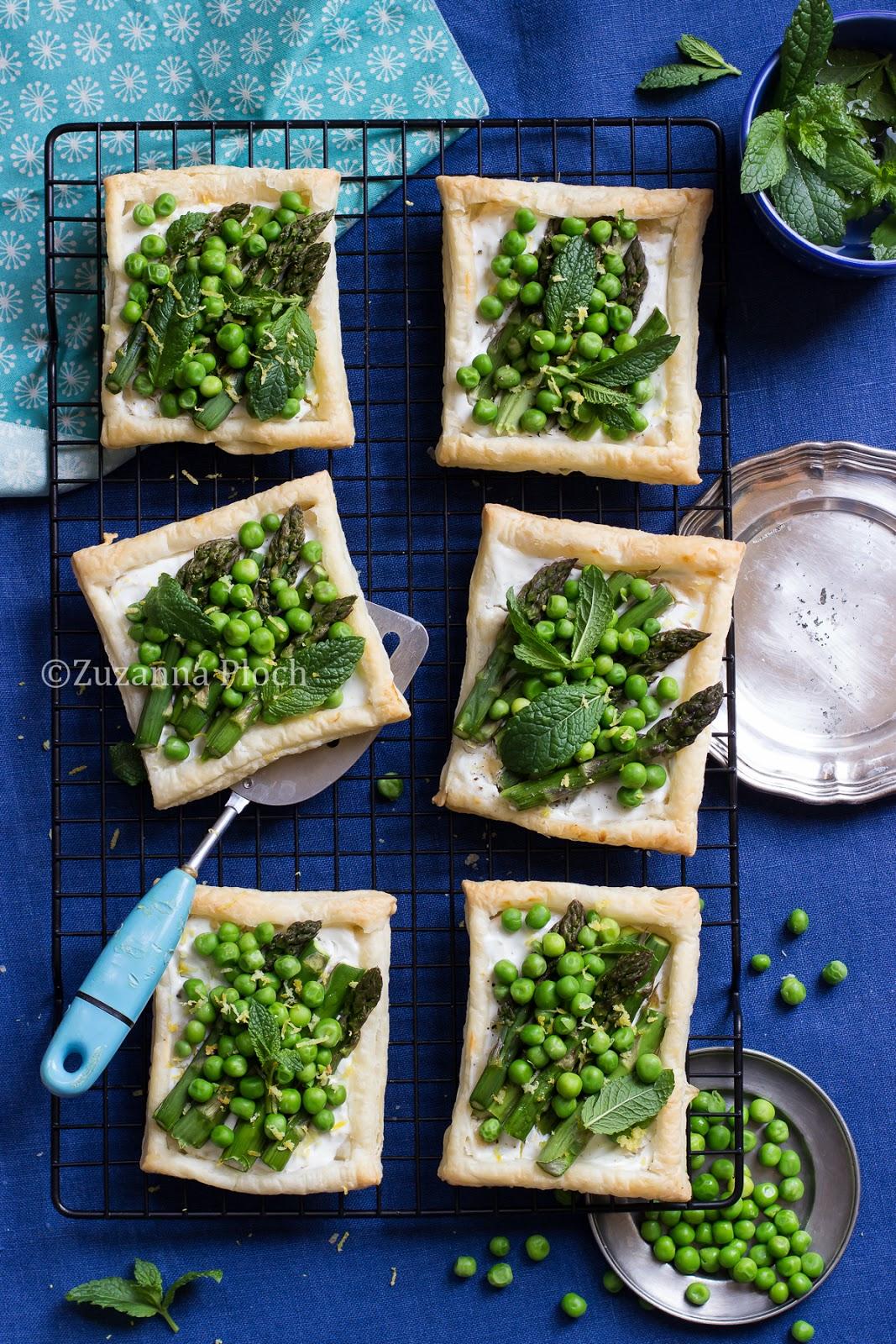 Asparagus pea tarts - food photgraphy by Zuzanna Ploch, fotografia kulinarna