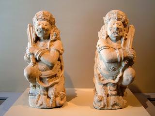 Sepasang patung penjaga gerbang abad ke-14 dari kuil Majapahit di Jawa Timur (Museum of Asian Art, San Francisco)
