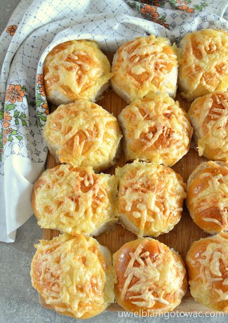 Bułki z serem żółtym