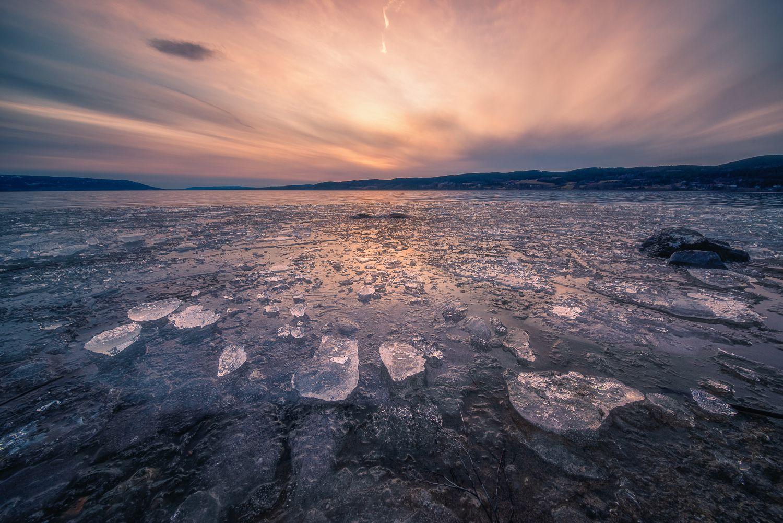 Закат над заледеневшим озером