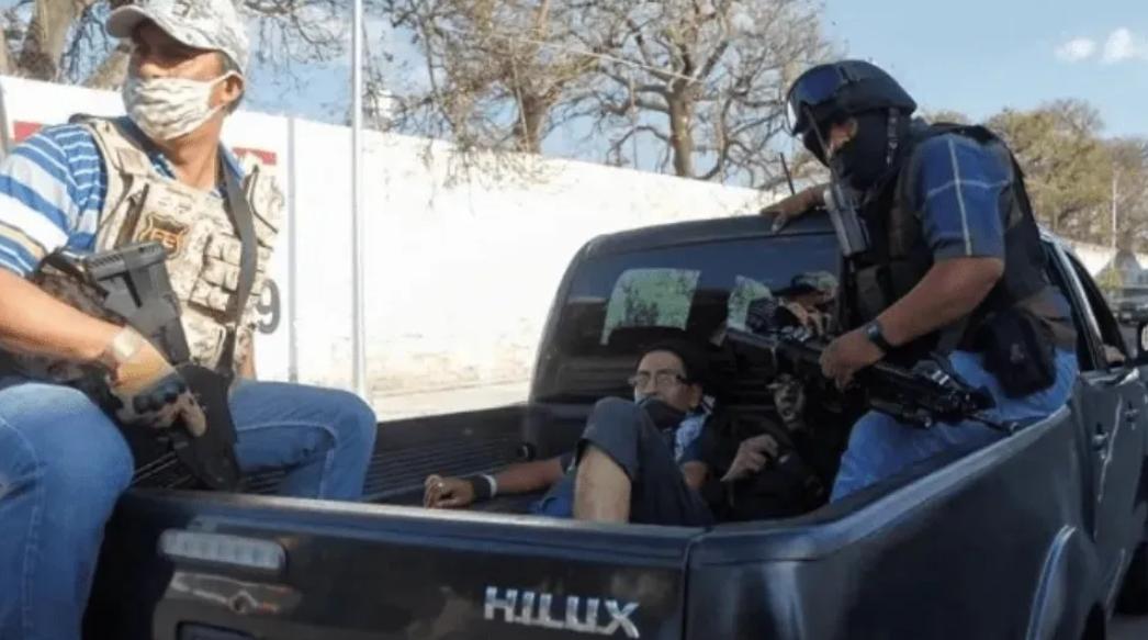 Suspenden a 14 de los policías de Jalisco que parecían sicarios del CJNG por detención y agresión a manifestantes