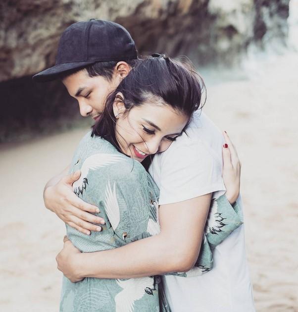 Cara Menyatakan Cinta Sederhana tapi Romantis  dengan memeluk