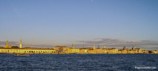 Trajeto de Vaporetto por um canal de Venezza