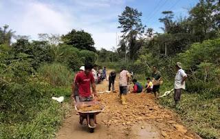 Masyarakat Nagori Pondok Bulu Gotong Royong Perbaiki Jalan Rusak