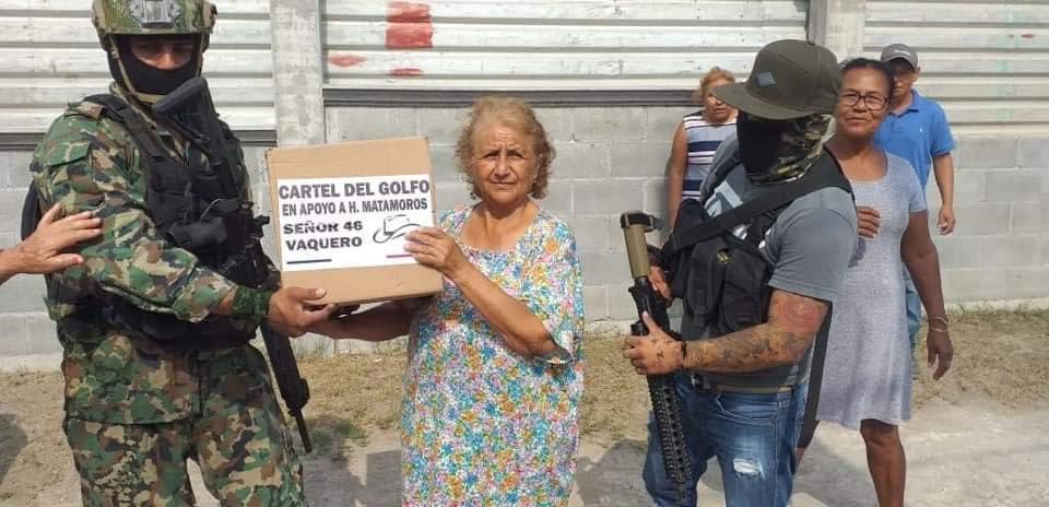 Fotos; En Matamoros así posaron para la camara los Sicarios del Cártel del Golfo entregando despensas a la gente pobre
