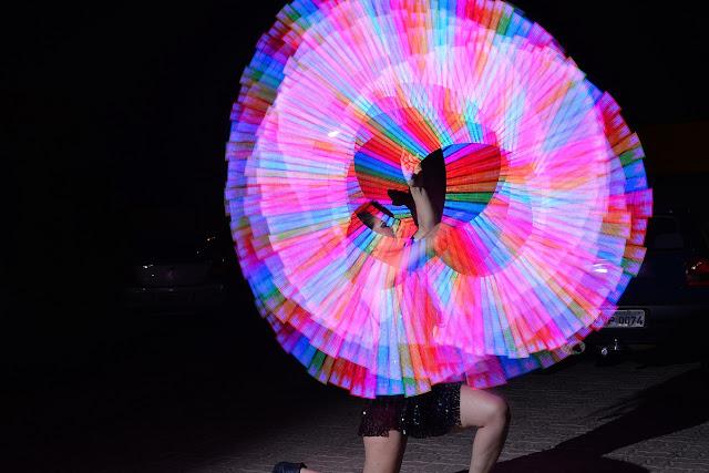 Atração que desenha logos no ar com luzes é contratada para abertura de evento corporativo.