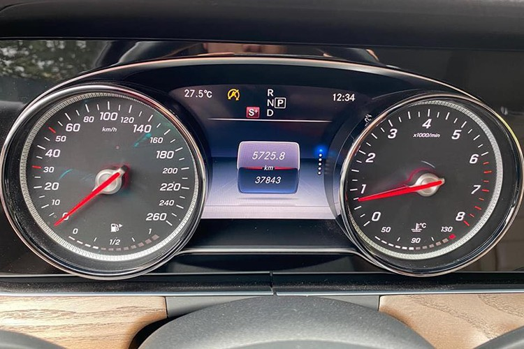 Mercedes-Benz E200 chạy 2 năm 'mất giá' 400 triệu ở Hà Nội