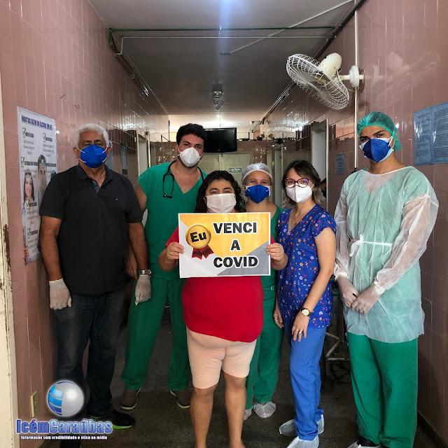 Caraubense curada da Covid-19 é aplaudida ao receber alta do hospital de Caraúbas