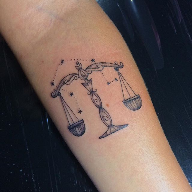 tatuagem feminina delicada balança libra justica