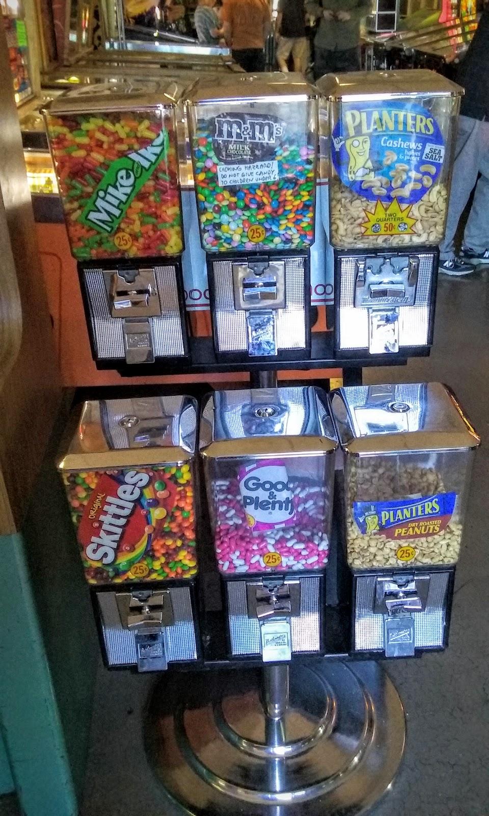 dulces o peanuts hay algunas ubicadas en algunas areas del lugar