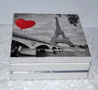 Drewniane pudełko oraz scrapbookowe kartki urodzinowe.