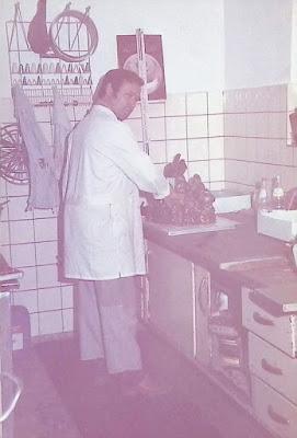 Konditor Philipp Friedrich Liebig beim gießen von Schokoladenosterhasen