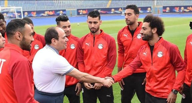 السيسي يزور معسكر منتخب مصر بملعب الدفاع الجوى ويحثهم على التتويج بالبطولة