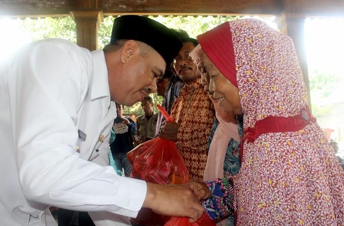"Penyerahan Bantuan pada Warga Terdampak Banjir Tempuran Kecamatan Sooko ""Beri 518 Paket Sembako hingga Peralatan Bayi"""