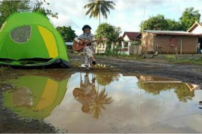 Tak Kunjung Diperbaiki Pemerintah, Gadis Asal Bone Ini Camping di Tengah Jalan
