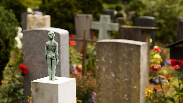 Places to Visit in Zurich in One Day with a ZVV Day Pass: small statue in Friedhof Fluntern cemetery