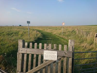 Zugang zur Badestelle Wesselburenerkoog. Mit Hundestrand und Hunde-Verboten-Schild.