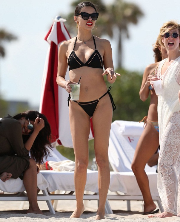 Adriana Lima shows off her hot body in bikini