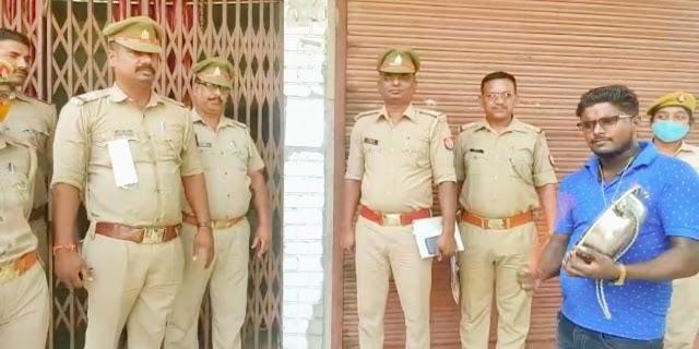वाराणसी: पूर्व पार्षद के घर पर खजनी पुलिस ने डुगडुगी बजाकर कुर्की की नोटिस की चस्पा