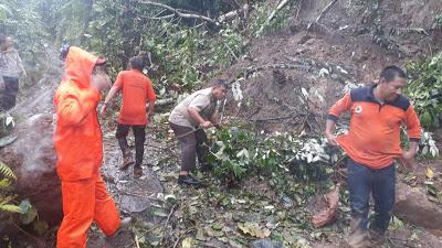 Sinerginitas  Polres Bitung TNI dan BPBD Bersihkan Jalan Tertimbun Longsor