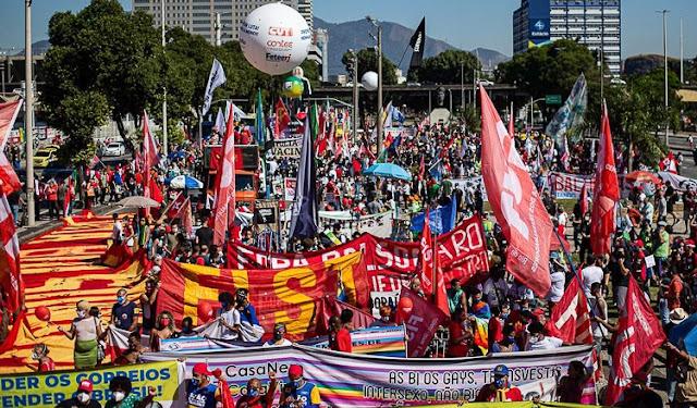 A foto mostra como foi o ato em Porto Alegre contra Bolsonaro.