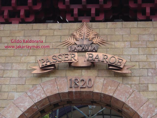 Cartel en la entrada a Pasar Baru