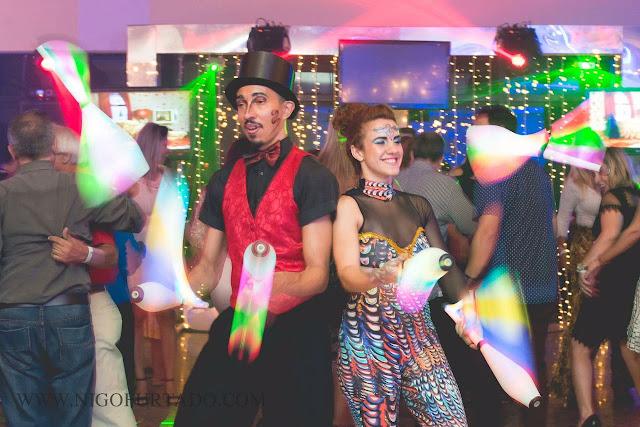 Malabaristas com luzes de Humor e Circo Produtora se apresentando durante a festa de confraternização da Plural Saude no Rio de Janeiro.
