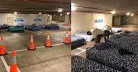 Εθελοντές στρώνουν κάθε βράδυ κρεβάτια για άστεγους σε πάρκινγκ που κλείνει τη νύχτα