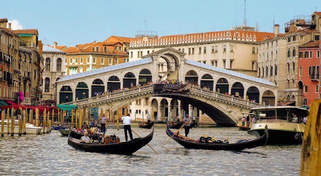 Gôndolas no Grande Canal e Ponte e Rialto de fundo